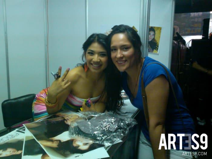 Cindy Takahashi con los lectores de Artes9.com/Photo By A9