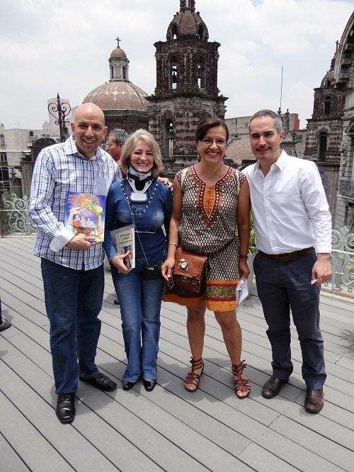 """Edgar Morales """"El Castor"""" y Miguel Condé, padrinos de lujo para este libro. Al centro Verónica Muller y Carmen Mendoza /A9"""