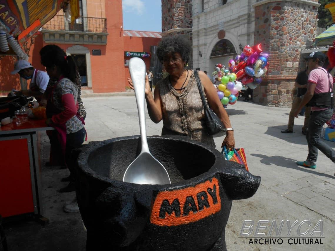 Después de acabarnos toda la salsa del molcajete de Mary, vámonos a los toros.