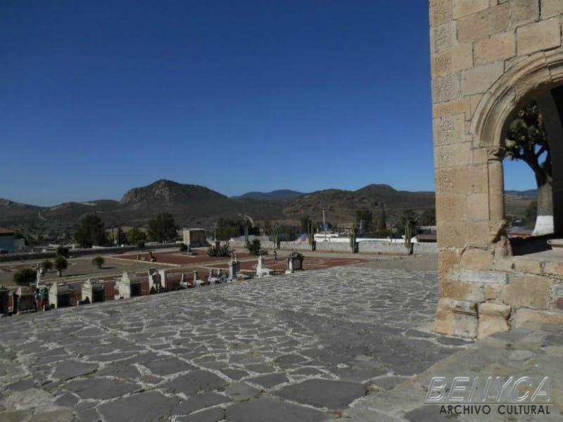 Explanada de la Iglesia de San  Andrés, Epazoyucan, Hidalgo, con vista al sur.