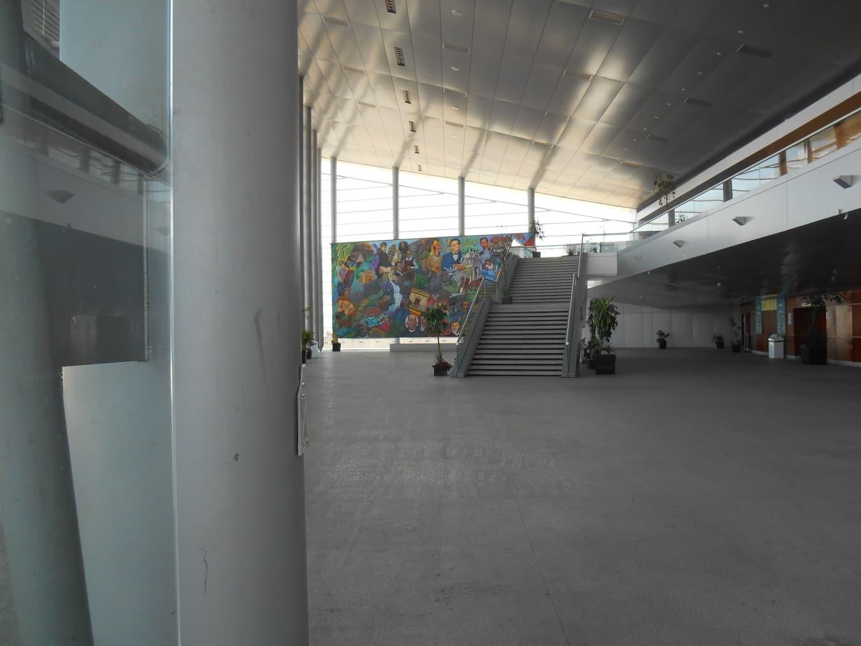 """El elegante y funcional vestíbulo del Auditorio """"Hoja de Plata, en el Parque """"Ben Gurión"""", Pachuca, Hgo., diseñado por el Maestro Byron Galvéz. Foto: BENYCA, 2014."""