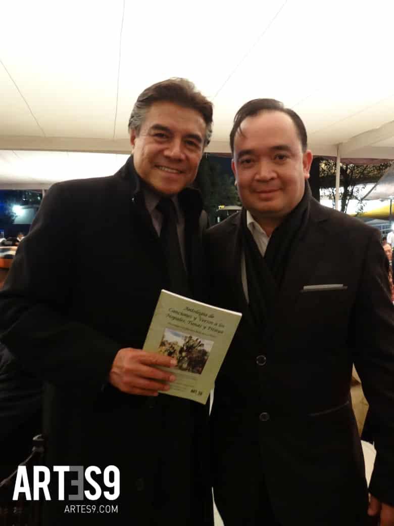 """Gil Rivera y Felipe Carrillo con el """"Cancionero Nopalero"""""""